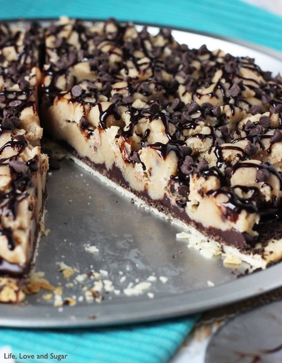 Chocolate Chip Cookie Dough Pizza - pie crust, oreo crumbs, chocolate ganache and eggless cookie dough!