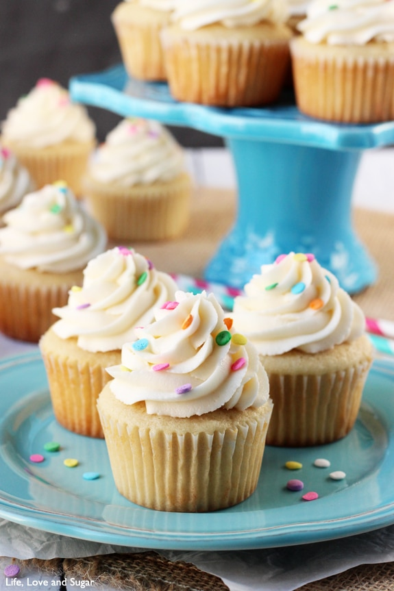 Perfect_Moist_Fluffy_Vanilla_Cupcakes2