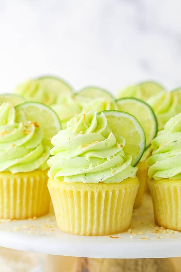 close-up de cupcakes de coco com limão em um suporte de mármore / madeira