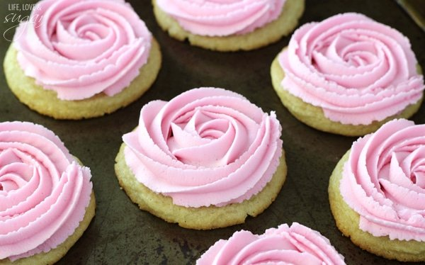 Rosette Sugar Cookies - soft and chewy sugar cookies frosted with buttercream rosettes! Plus an animated tutorial on how to do the piping!