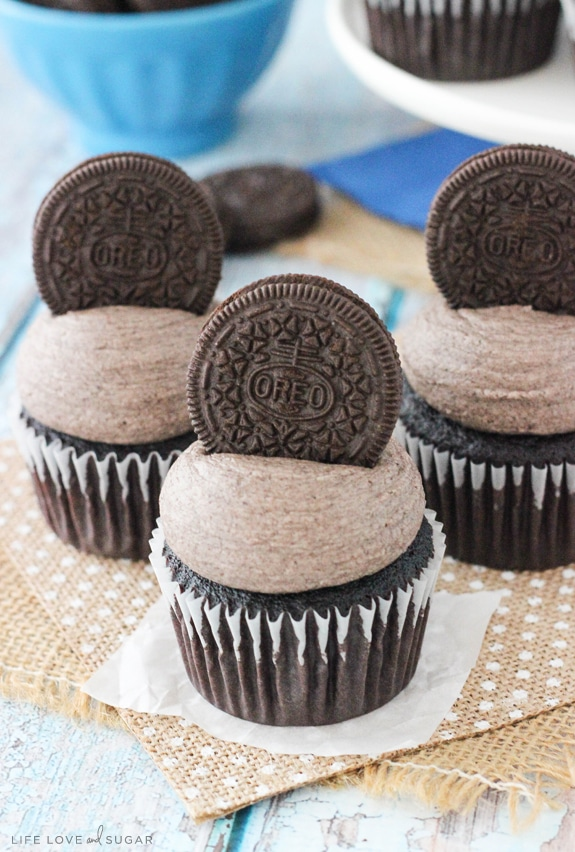 Oreo Chocolate Cupcakes - moist and fluffy chocolate cupcakes topped ...