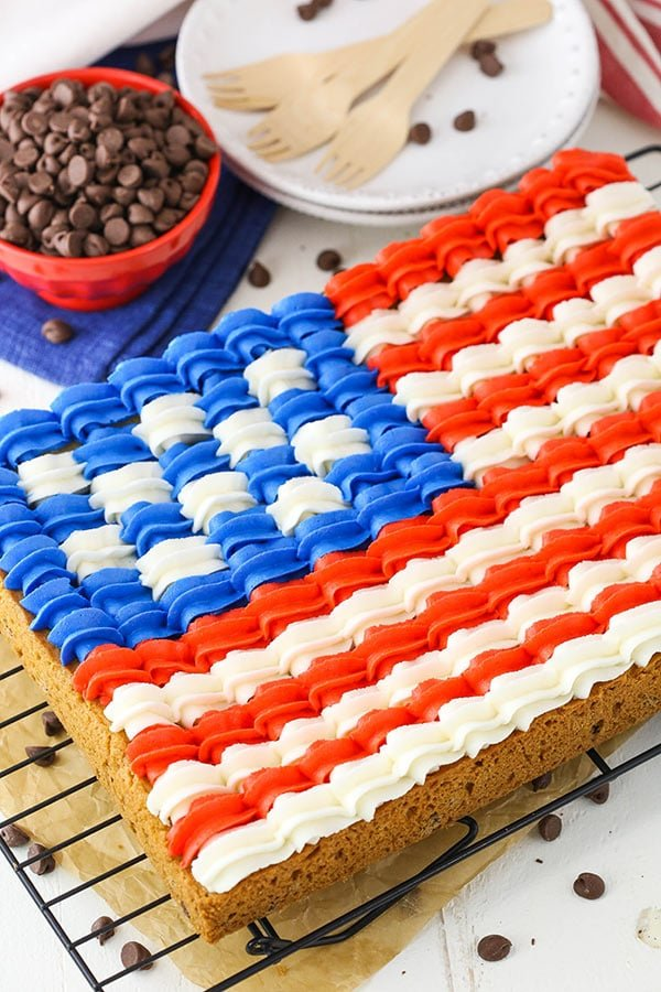 lag Chocolate Chip Cookie Cake - a classic 9x13 chocolate chip cookie decorated with buttercream in the design of the American flag for the 4th of July!