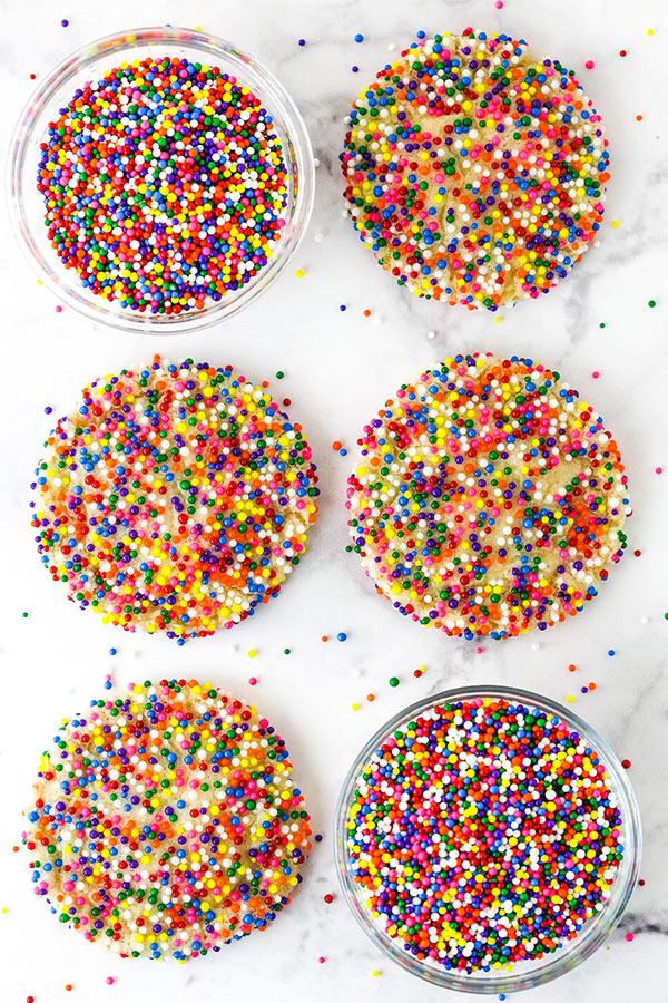 Polvilhe biscoitos de açúcar com pérolas de açúcar Rainbow