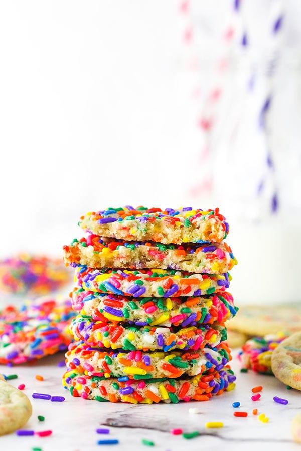 Uma pilha de biscoitos de açúcar polvilhados macios e em borracha