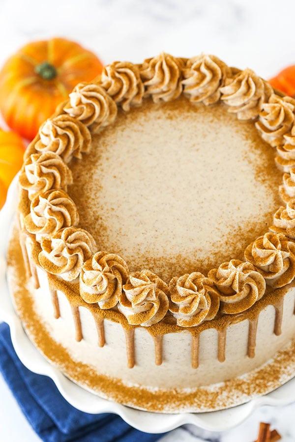 vista dall'alto della torta a strati di zucca e zucchero alla cannella