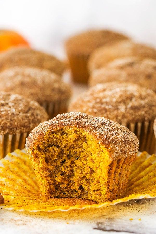 muffin alla zucca e zucchero alla cannella con morso eliminato