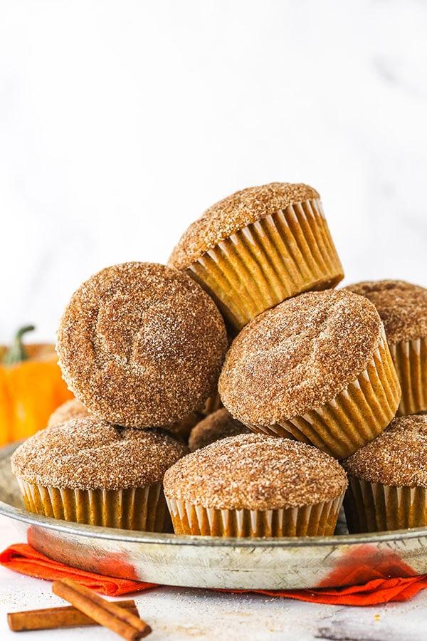 muffin alla zucca e zucchero alla cannella accatastati su un piatto di metallo